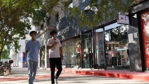 مواطنان يقومان بالتسوق في مدينة كورلا، 26 أغسطس 2020