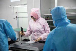 يقوم الموظفون المصريون في خط التجميع بشركة كونكا للتكنولوجيا بتجميع أجهزة التلفزيون. ليو هوي / صحيفة الشعب اليومية